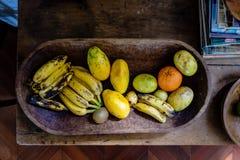 Diverse vruchten op een houten schotel Royalty-vrije Stock Foto