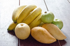 Diverse vruchten op houten vloer Royalty-vrije Stock Afbeelding