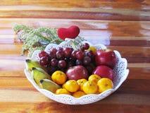 Diverse vruchten worden gecombineerd in een wit dienblad, sinaasappelen, bananen, g stock afbeelding