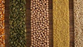 Diverse zaden en korrels die in kleurrijke strepen worden geschikt stock footage