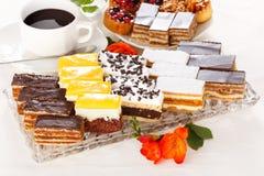 Diverse zoete cakes op langwerpige plaat stock foto's