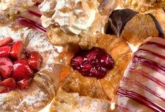 Diverse zoete gebakjes in close-up stock afbeelding