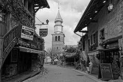 Diversehandel och kyrka av Yvoire arkivfoton