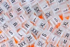 Diverses étiquettes en plastique de taille d'habillement, labels en plastique de taille Photographie stock libre de droits
