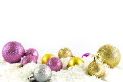 Diverses boules de taille et colorées de Noël avec la neige Photographie stock