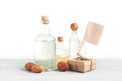 Diverses bouteilles de médecine ou de parfum, boîte de métier et Empty tag image stock