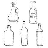 Diverses bouteilles en verre réglées Bouteille d'huile d'olive, pesto habillant la bouteille, bouteille de vin à la maison Images libres de droits