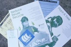 Diverses brochures décrivant des manières d'améliorer l'environnement photographie stock