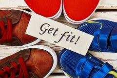 Diverses chaussures et carte de sport Photo stock