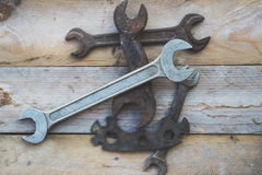Diverses clés de taille, clés sur le fond en bois Image stock