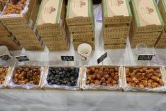 Diverses espèces de dates dans des produits de vegan loyalement où les agriculteurs et les sociétés montrent leurs produits aux c images libres de droits