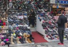 Diverses espadrilles à vendre sur le marché turc Photos libres de droits