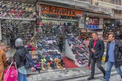 Diverses espadrilles à vendre sur le marché turc Photos stock