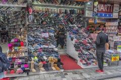 Diverses espadrilles à vendre sur le marché turc Image stock