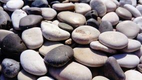Diverses formes et couleurs de pierre sur la plage photographie stock