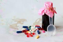 diverses formes gal?niques des capsules, comprim?s, drag?es pour le traitement des maladies humaines images libres de droits