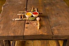 Diverses herbes et épices colorées sur la table en bois Photographie stock libre de droits
