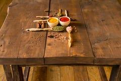 Diverses herbes et épices colorées sur la table en bois Image libre de droits
