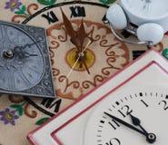 Diverses horloges le minuit ou le midi Photographie stock libre de droits