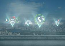 Diverses icônes d'APP illuminées au-dessus de la ville Image libre de droits