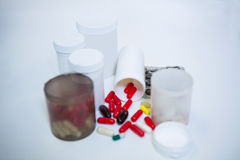 Diverses médecines de prescription sur la table images stock
