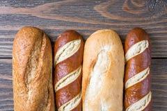 Diverses miches de pain sur le bois rustique photographie stock libre de droits