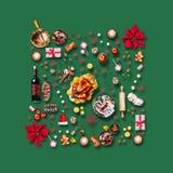 Diverses nourritures de Noël et décoration rouge pour le dîner de Noël Modèle de composition sur le vert illustration libre de droits