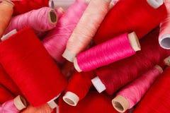 Diverses nuances des fils rouges Image stock