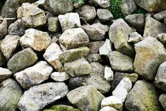 Diverses pierres humides, fond abstrait avec des trous images libres de droits