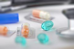 Diverses pilules avec d'autres fournitures médicales Images libres de droits