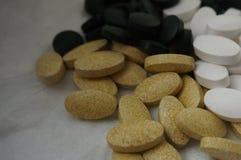 Diverses pilules sur le fond blanc images stock