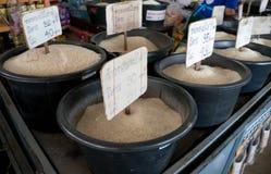 Diverses sortes de riz en vente au marché d'un agriculteur local dans Thailan Photo stock