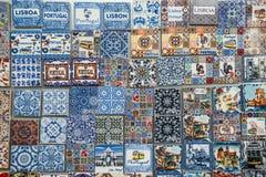 Diverses tuiles traditionnelles pour des touristes, Lisbonne, Portugal photographie stock libre de droits