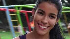 Diversión adolescente de la muchacha en el patio Imagenes de archivo