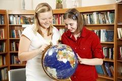 Diversión adolescente en biblioteca Foto de archivo libre de regalías