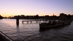 Diversión Berlín del río en la puesta del sol almacen de metraje de vídeo