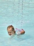 Diversión con agua en una piscina Fotos de archivo