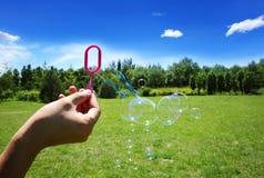 Diversión con el juguete del jabón de la burbuja Imágenes de archivo libres de regalías