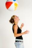 Diversión con la bola de playa Fotografía de archivo libre de regalías
