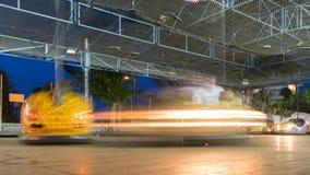 Diversión con los coches de parachoques en un parque de atracciones Fotos de archivo
