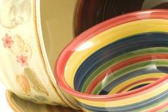 Diversión con los tazones de fuente coloreados Fotografía de archivo libre de regalías