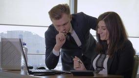 Diversión creativa de And Businesswoman Have del encargado que habla en oficina almacen de metraje de vídeo
