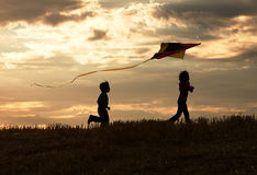 Diversión de Childhod en la puesta del sol. Fotografía de archivo libre de regalías