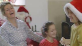 Diversión de la familia de la Navidad almacen de metraje de vídeo