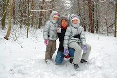 Diversión de la familia en bosque del invierno Fotos de archivo libres de regalías