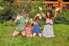 Diversión de la familia en el jardín Imagenes de archivo