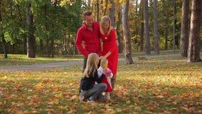 Diversión de la familia en el parque almacen de video