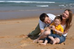 Diversión de la familia en la playa imagen de archivo
