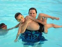 Diversión de la familia en piscina Fotos de archivo libres de regalías