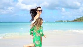 Diversión de la familia en la playa arenosa blanca La madre y el niño disfrutan de vacaciones de verano almacen de video